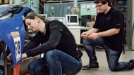 Technik von gestern fürs Auto von morgen: Team Schluckspecht montiert einen Radnabenmotor. Mit so einem Elektroantrieb wird jedes Rad separat angetrieben.