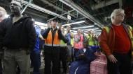 Die Angestellten in der Ford Fertigungsstätte Flat Rock applaudieren der Nachricht des Vorsitzenden Mark Fields, das Werk weiter auszubauen.