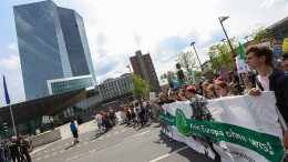 Schüler protestieren vor der EZB