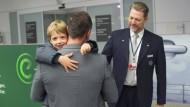 Endlich am Ziel: In München übergibt der Lufthansa-Mitarbeiter den Sechsjährigen an seinen Vater.