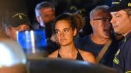 Italienische Polizisten führen die Kapitänin Carola Rackete ab.
