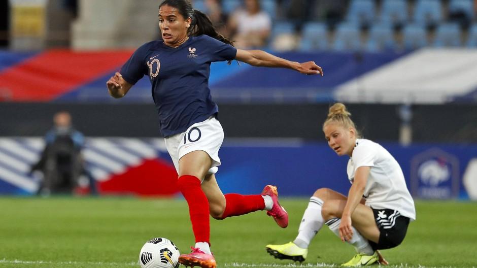 Frankreichs Amel Majri eilt den deutschen Spielerinnen davon.