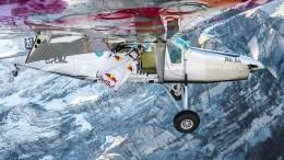 Wingsuit-Athleten landen in fliegendem Flugzeug
