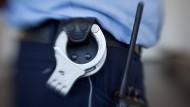 Festnahme: Die Polizei hat in Frankfurt einen Mann unter dem Verdacht abgeführt, seine Freundin vom Balkon gestoßen zu haben (Symbolbild)