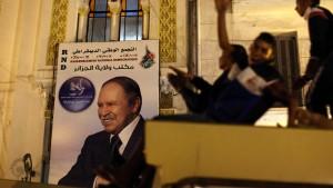 Bouteflika lässt sich zum Sieger ausrufen