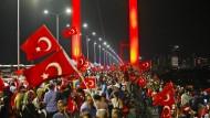 Unterstützer der Regierung demonstrieren in Istanbul.
