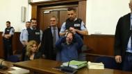 Angeklagt: Sergej W. wird zu Beginn des Prozesses in den Verhandlungssaal gebracht.