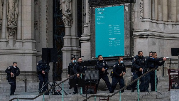 Mann schießt bei Weihnachtskonzert vor Kathedrale um sich