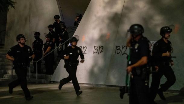 Polizisten bei Anti-Rassismus-Protesten angeschossen