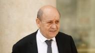 """Jean-Yves Le Drian trägt als Unterstützer des Bürgerkiregs in Libyen den Titel: """"Europa- und Außenminister""""."""
