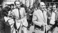 Ungleiche Spaziergänger: Mitterrand und sein späterer Innenminister Robert Badinter (l.) im Mai 1981 in Paris.