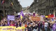 Frauenstreik: Demonstration durch die Altstadt von Bern.