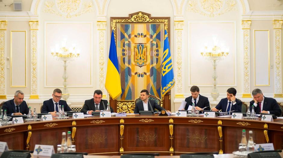 Verurteilt Angriff: Selenskyj beim Treffen des Nationalen Sicherheitsrats am Dienstag in Kiew