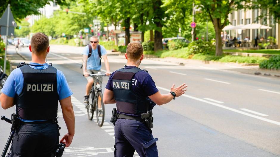 """Erwischt: Polizisten stoppen einen Radfahrer nach einem """"Rotlichtverstoß""""."""