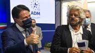 Beppe Grillo, der Gründer der Fünf-Sterne-Bewegung und der frühere italienische Ministerpräsident Giuseppe Conte
