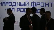 """Im Schatten der Macht: Teilnehmer einer Veranstaltung der sogenannten """"Volksfront"""""""