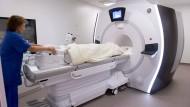 Eine Patientin auf dem Weg in den Magnetresonanztomographen.