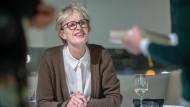 Den Lesern nah: Siri Hustvedt nach Lesung und Gespräch beim Signieren im Frankfurter Schauspielhaus.