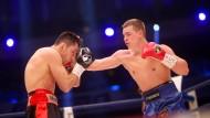 Die Box-Profis Felix Sturm (links) aus Deutschland und Fjodor Tschudinow aus Russland kämpfen um den WBA-Titel im Supermittelgewicht.