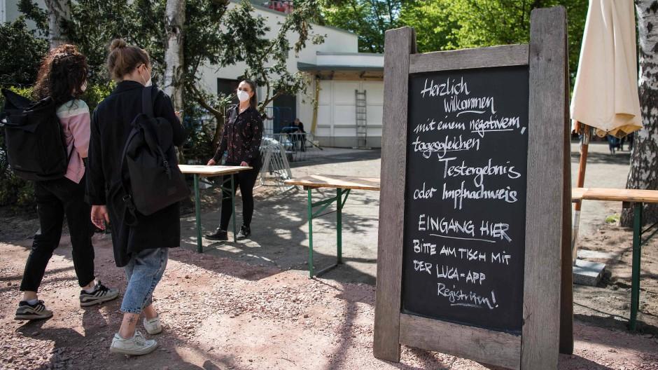 Auch im Café am Neuen See in Berlin werden die Gäste gebeten, sich mit der Luca-App einzuchecken.