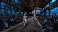 Eine Industrieruine als Zukunftsort: Zegna lässt im alten Stahlwerk des Falck-Konzerns bei Mailand die Anzüge für 2020 metallisch schimmern.