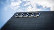 Das Audi-Logo an der Fassade eines Autohauses in Frankfurt