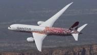 """Frisch lackiert: Die Qantas-Maschine ist eine Hommage an das Gemälde """"Yam Dreaming"""" der Aborigine-Künstlerin Emily Kame Kngwarreye."""