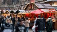 Rückkehr zur Normalität? Am Freitag liefen die Menschen in Straßburg wieder über den Weihnachtsmarkt.