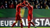 Die beiden Torschützen beglückwünschen sich: Lewandowski (links) und Thiago.