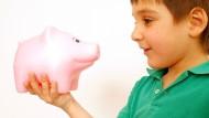 Keine leichte Zeit für Sparschweine. Wir zeigen Ihnen, wie sie die Inflation möglicherweise umgehen können, damit ihr Schwein nicht leiden muss.