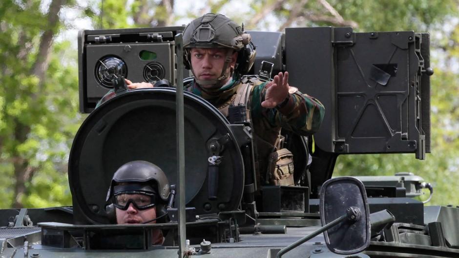 Soldaten suchten auch am Freitag im belgischen Hoge Kempen Nationalpark nach dem geflohenen Soldaten.
