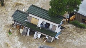 Hubschrauber retten Japaner aus Fluten