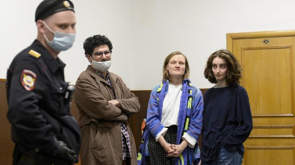 """Die angeklagten Redakteure des studentischen Online-Journals """"Doxa"""" am 14. April in Moskau"""