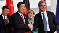 """Der Siemens-Chef Joe Kaeser (rechts) mit einem chinesischen Wirtschaftspartner: Reisen mit der Kanzlerin gelten als """"Türöffner""""."""