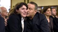 Die Eltern des toten Diren brechen in Tränen aus, als sie das Urteil hören.