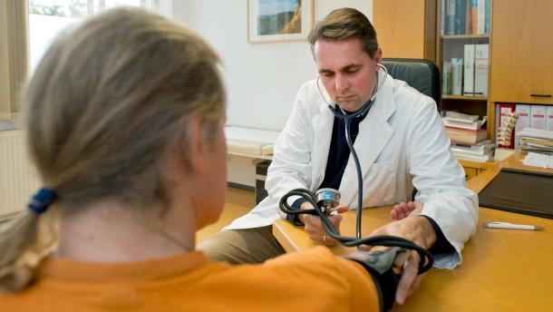 Krankenversicherungen drohen mit Preiserhöhung