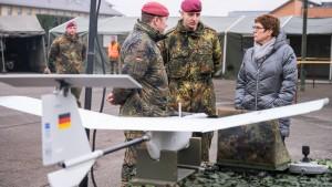 Bleibt Kramp-Karrenbauer Ministerin?