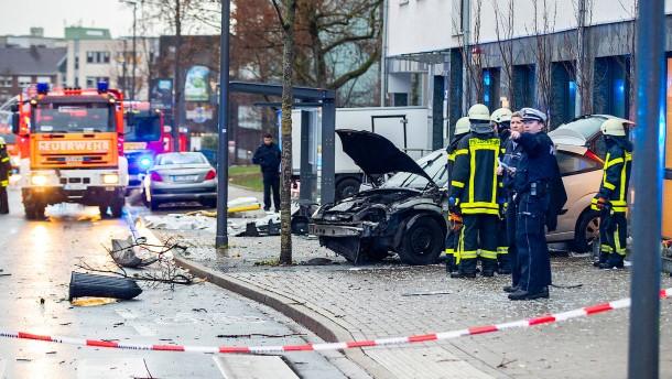 Auto fährt in Bushaltestelle – ein Toter und mehrere Verletzte