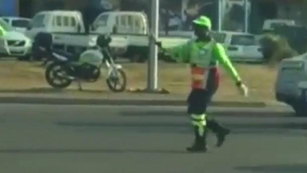Polizist tanzt durch den Verkehr