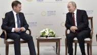 Sachsens Ministerpräsident Kretschmer mit Russlands Präsident Putin auf dem Wirtschaftsforum in St. Petersburg