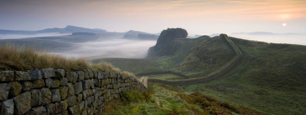 Immer an der Wand lang: Das steinerne Band des Hadrianswalls zog sich zu Zeiten der Römer über die britische Insel. Die Christen sorgten dann dafür, dass Carlisle auch Kirchenmauern bekam.