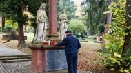 Ein Friedhofsbesucher in Mainz