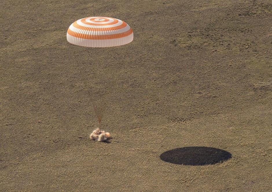 Sicher gelandet: Die russische Raumkapsel Sojus MS-17 erreicht ein abgelegenes Gebiet in Kasachstan.