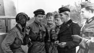 Die polnische Beute wird geteilt: Wehrmachtsoldaten und Rotarmisten an der Grenze zwischen dem Deutschland unterstellten Generalgouvernement und der Sowjetunion.