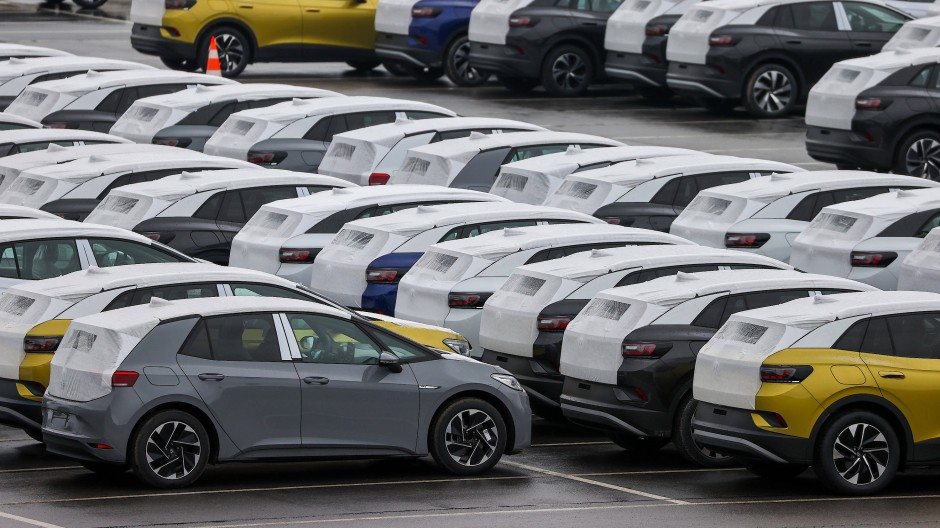 Neuwagen des Typs ID.3 und ID.4 stehen auf einem Parkplatz im Zwickauer Volkswagen-Werk.