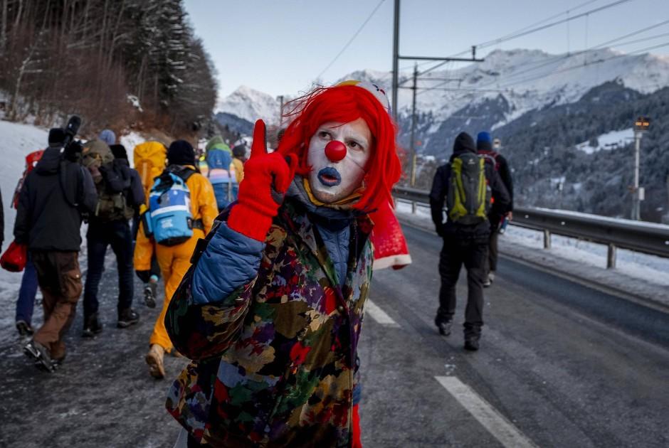 Ein als Clown verkleideter Demonstrant am Montag auf dem Weg nach Davos.