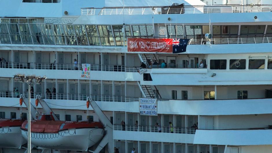 Die Artania liegt seit der vergangenen Woche an der Küste vor der Stadt Fremantle südlich von Perth.