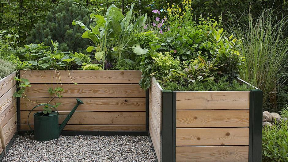Dieses Holzkästchen passt auf jeden Balkon – oder auch in den Garten.