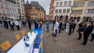 Mitglieder des rheinland-pfälzischen Hotel- und Gaststättenverbandes demonstrieren auf dem Hauptmarkt in Trier für die Öffnung der Betriebe des Gastgewerbes.