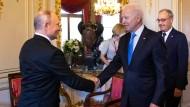 Guten Tag! Joe Biden und Wladimir Putin geben sich in Genf die Hand.